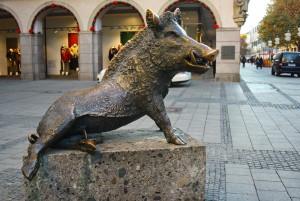Бронзовая фигура кабанчика в Мюнхене